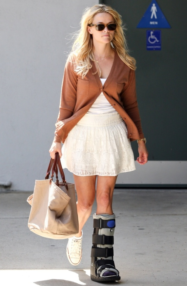 Reese Withspoon leg cast