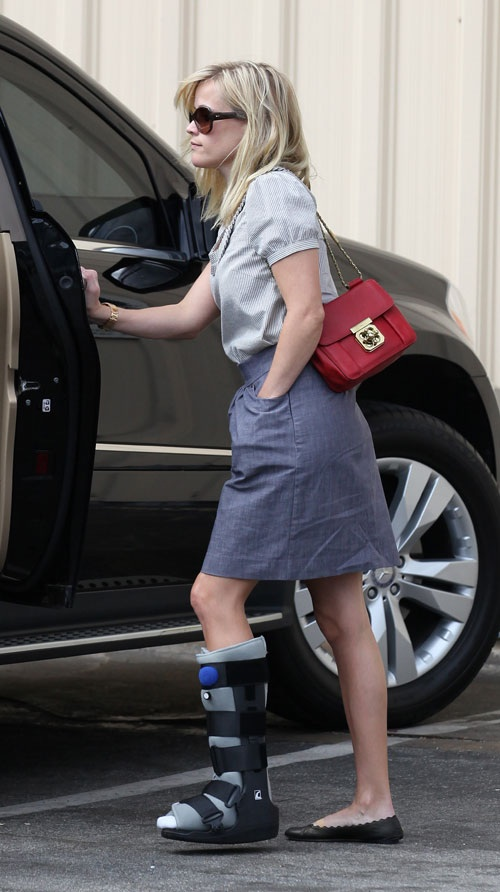Reese Witherspoon leg cast